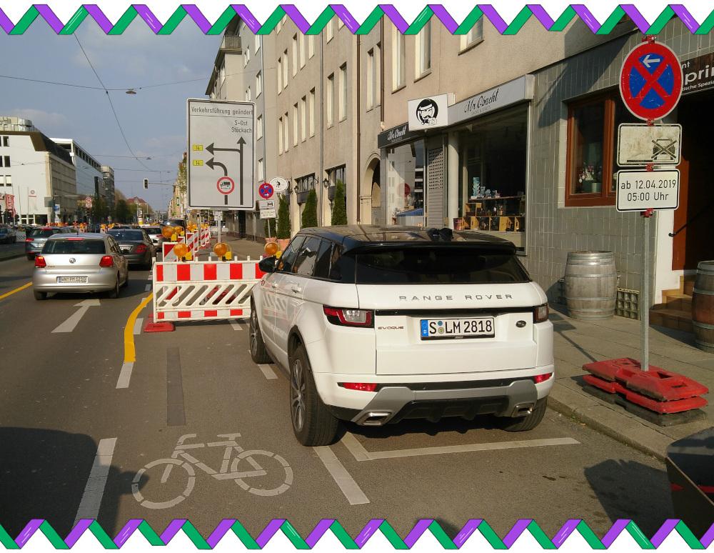 Schild auf Radweg, mit Falschparker